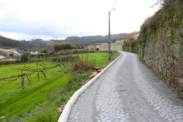 mais-uma-rua-em-terra-pavimentada-em-vilarinho-image