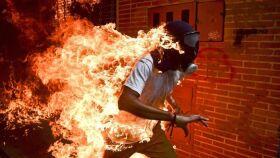 Imagem de manifestante em chamas na Venezuela vence World Press Photo-image