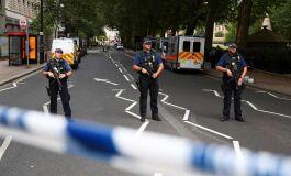 Carro colide contra barreira de segurança em Westminster-image