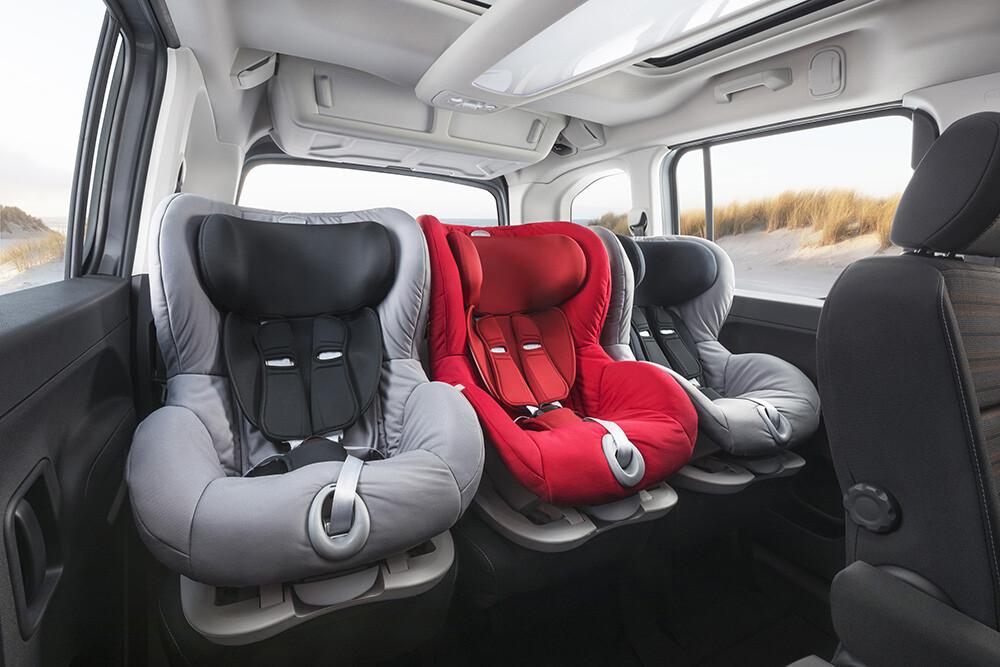 possível colocar três cadeiras de bebé lado a lado